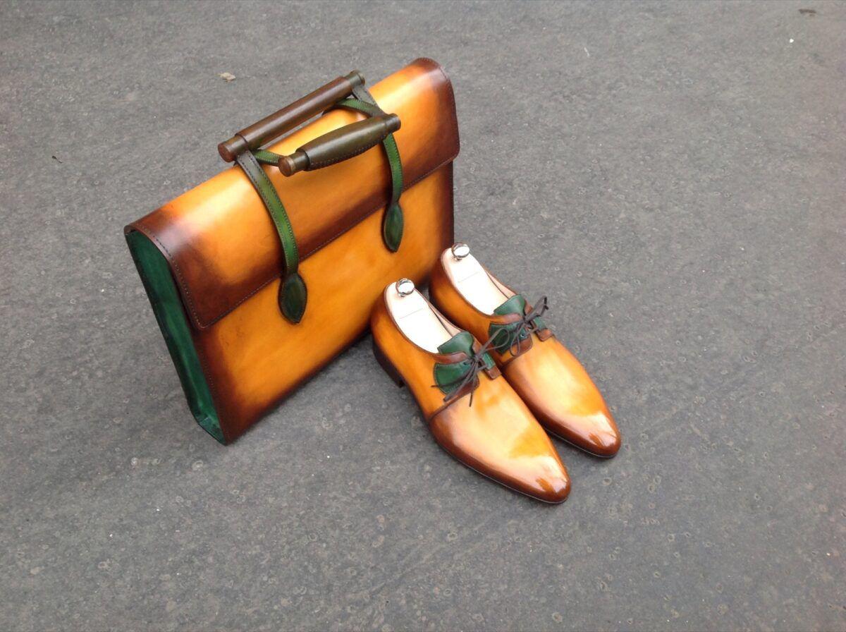 La patine du cuir à la carte permet de personnaliser ses accessoires comme avec ces souliers assortis à un porte-documents miel avec des détails verts