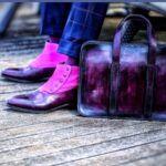 personnalisation de son look avec la patine du cuir à la carte : des bottines Balmoral à boutons et un porte-documents violets.