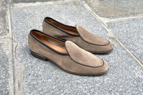 une paire de Belgian loafer, des mocassin pour homme confortables en veau velours clair