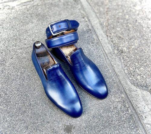 exemple des formes fines mais jamais longues de Caulaincourt avec ce slip on en cuire patiné bleu et sa ceinture assortie