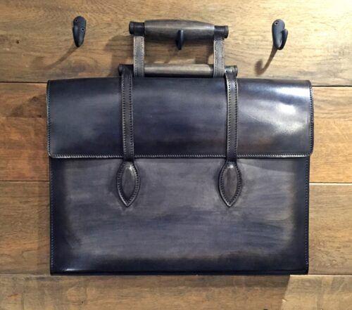 Un porte-documents en cuir patiné à la main en gris palombe, c'est le modèle Oscar par Caulaincourt Paris.
