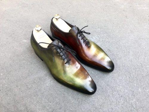 Dégradés du vert au marron sur des richelieux one-cut élégants. Patines du cuir réalisées à la main.