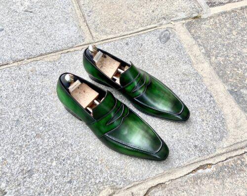 Une paire de mocassin pour homme en cuir avec une patine vert émeraude