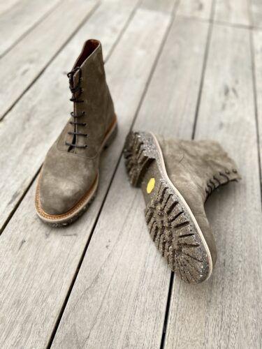 des boots hommes à lacets avec un montage solide et un cuir de qualité. Présentées en veau velours taupe.