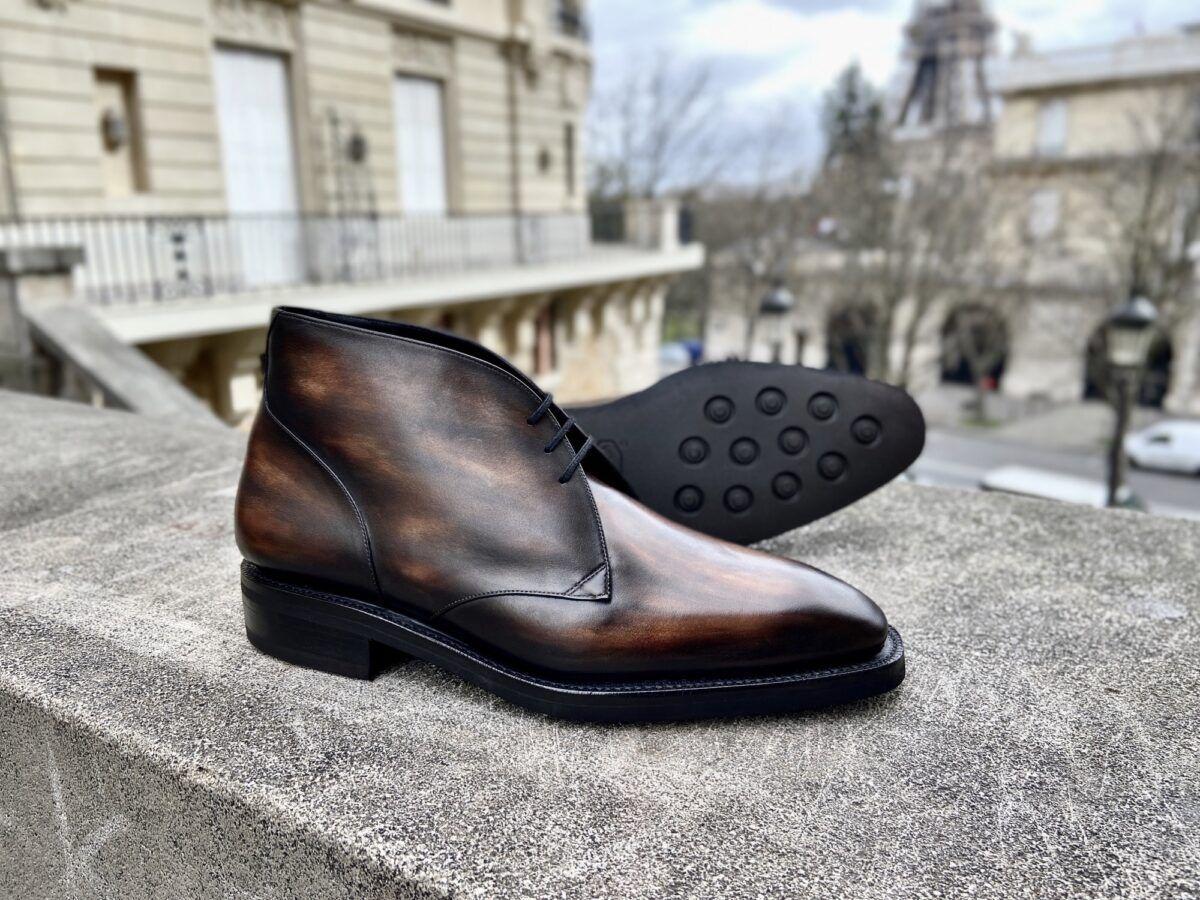 Un low boots pour hommes fait à la demande avec une semelle montée Goodyear et gomme et une patine bronze - Caulaincourt Paris