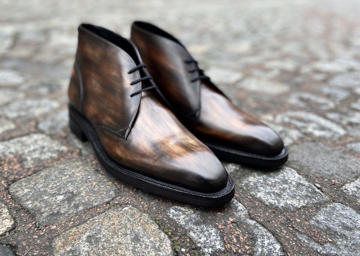 Un low boots pour hommes fait à la demande avec une semelle Goodyear et une patine bronze - Caulaincourt Paris