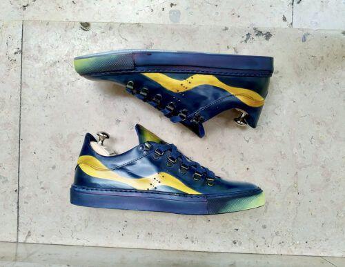 Exemple de patine du cuir originale faite à la main avec des baskets qui reprennent les couleurs d'un tableau de Van Gogh. La semelle est teinte en bleue.