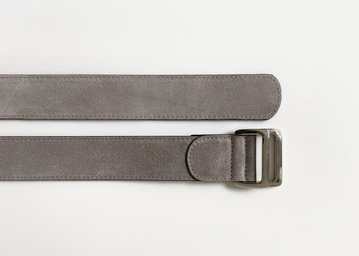 Une ceinture en veau velours couleur gris beige antilope - Caulaincourt Paris