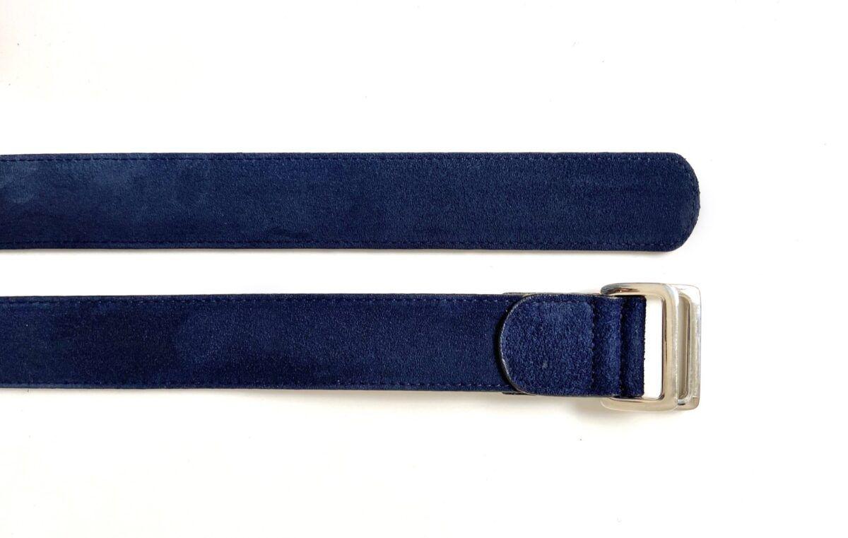 Une ceinture en veau velours couleur bleu navy - Caulaincourt Paris