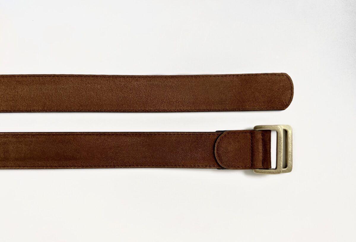 Une ceinture en veau velours couleur cognac - Caulaincourt Paris