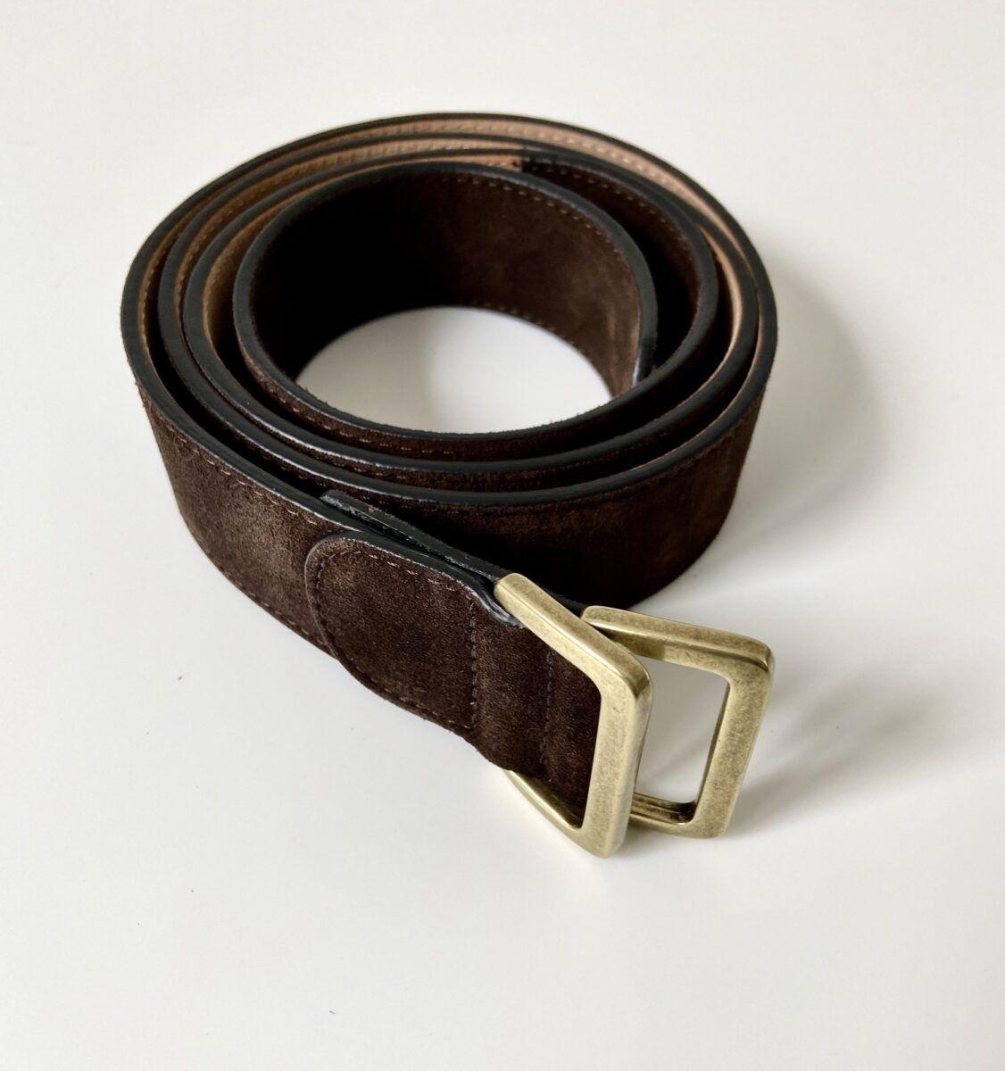 Une ceinture en veau velours couleur marron chocolat - Caulaincourt Paris