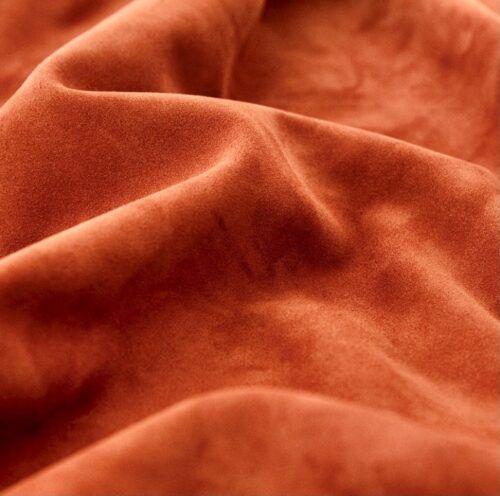 Gros plan sur une peau traitée pour illustrer le sujet : le cuir suédé est-il fragile ?