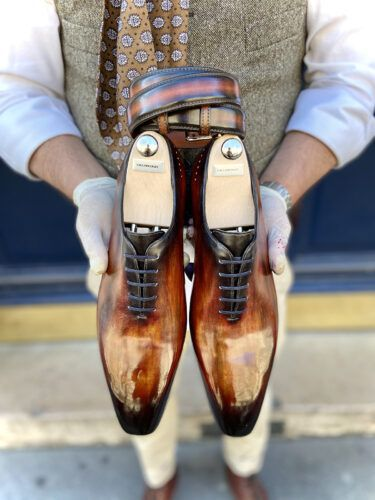 le soulier patiné illustré par une paire de richelieu one-cut patinés à la main avec une couleur cognac
