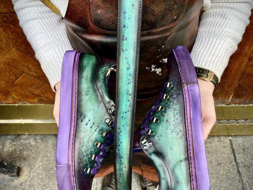 Exemple de personnalisation totale grâce à la patine artisanale du cuir. Une paire de baskets et une ceinture assortis dans les vert et bleu délavés